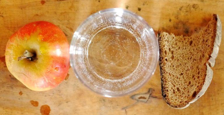 Fastenkuren, Intervallfasten, Obst, Brot und Wasser