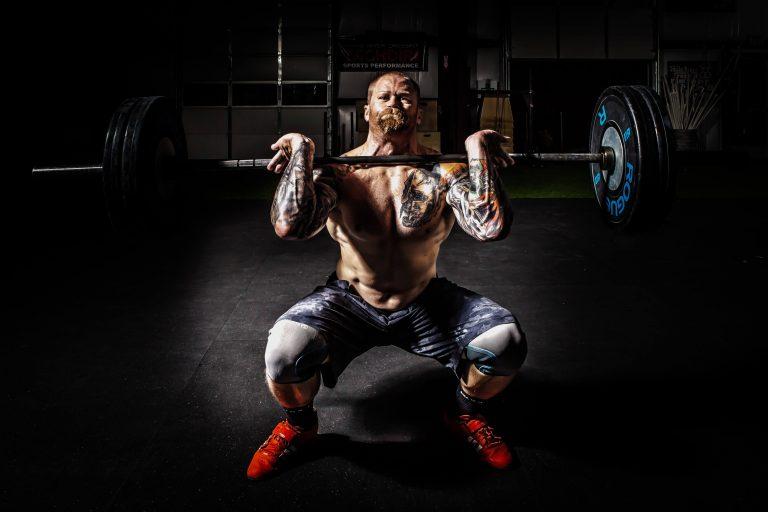 Masseaufbau, Mann mit Gewichten